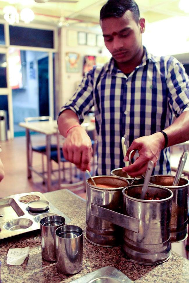 南インドのカレー・サーバー 3ピースタイプ 8 - 現地の食堂風景。食べきれないくらいにおかわりをどんどん持ってきてくれます