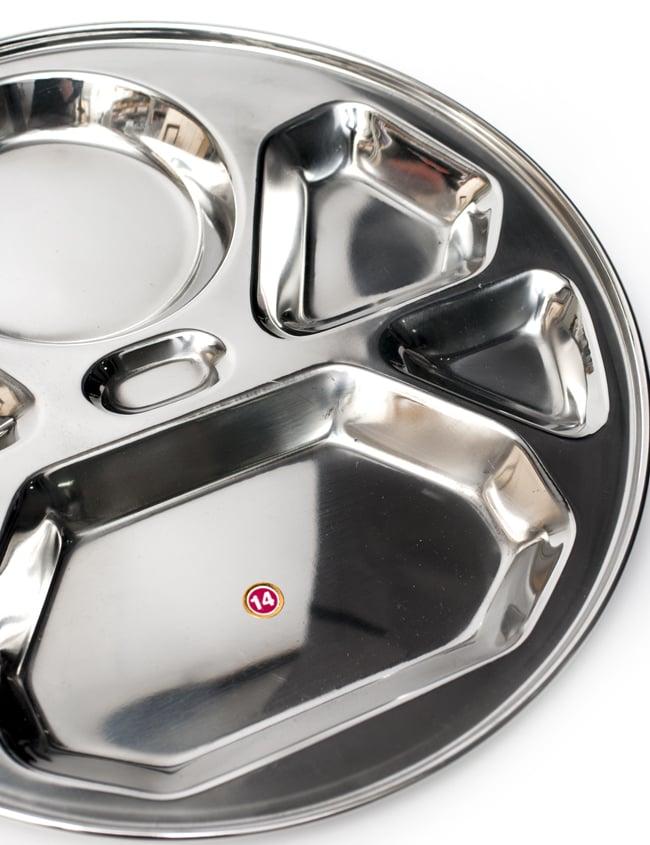 7分割カレー丸皿 ダイヤモンド[直径約32cm]の写真4 - 大きな部分にはご飯やチャパティを、小さなくぼみにはカレーやおかずを入れて。