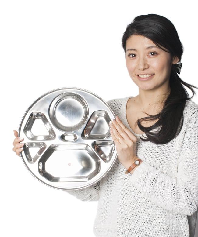 7分割カレー丸皿 ダイヤモンド[直径約32cm]の写真7 - 手にとってみるとこれくらいの大きさです
