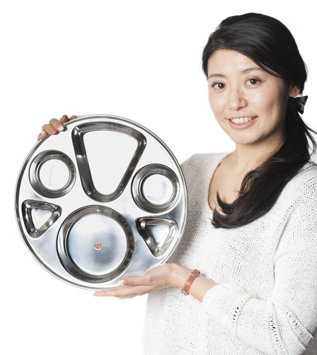 6分割カレー丸皿[直径約32.5cm]の写真7 - 手にとってみるとこれくらいの大きさです
