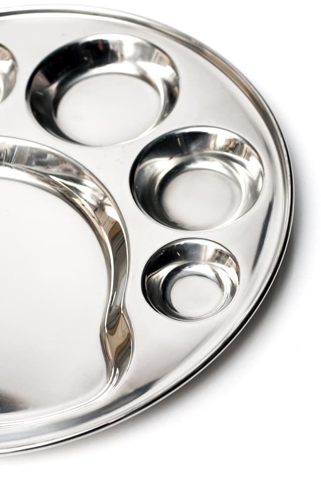 6分割カレー丸皿[直径約32cm]の写真4 - 大きな部分にはご飯やチャパティを、小さなくぼみにはカレーやおかずを入れて。