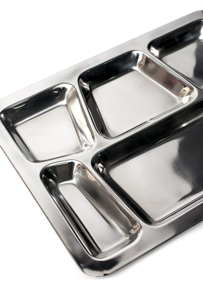 6分割ランチプレート[約39.5cm x 29cm]の写真4 - 大きな部分にはご飯やチャパティを、小さなくぼみにはカレーやおかずを入れて。