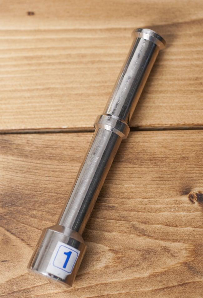 スパイスグラインダー No.1 [直径:7.1cm程度 高さ:5.6cm程度] 5 - 先端が完全に平らになっていて、重みも十分あるのでたいへん潰しやすいです。