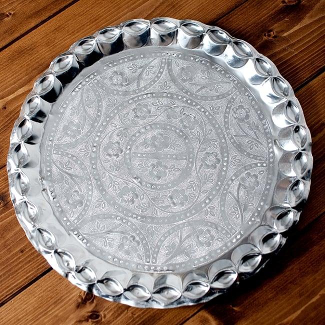 インド伝統唐草エンボスのアルミターリー【直径:36.5cm】 9 - 【選択:A】はこのような模様の物をお送りいたします。