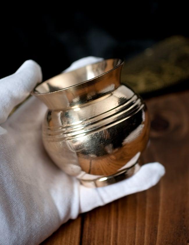インドの水さし ロタ【ブラス】[7.3cm] 6 - このくらいのサイズ感になります