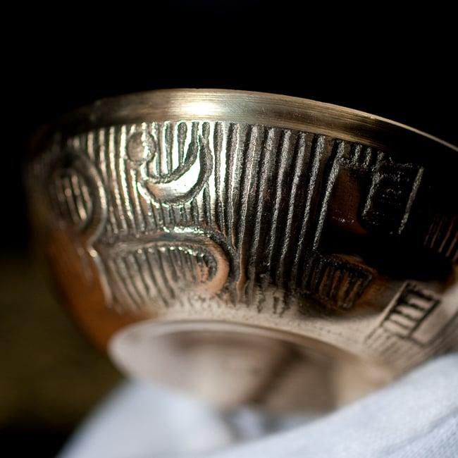 インドの礼拝用 聖なる文字入りブラスボウル[6.4cm] 2 - 拡大写真です