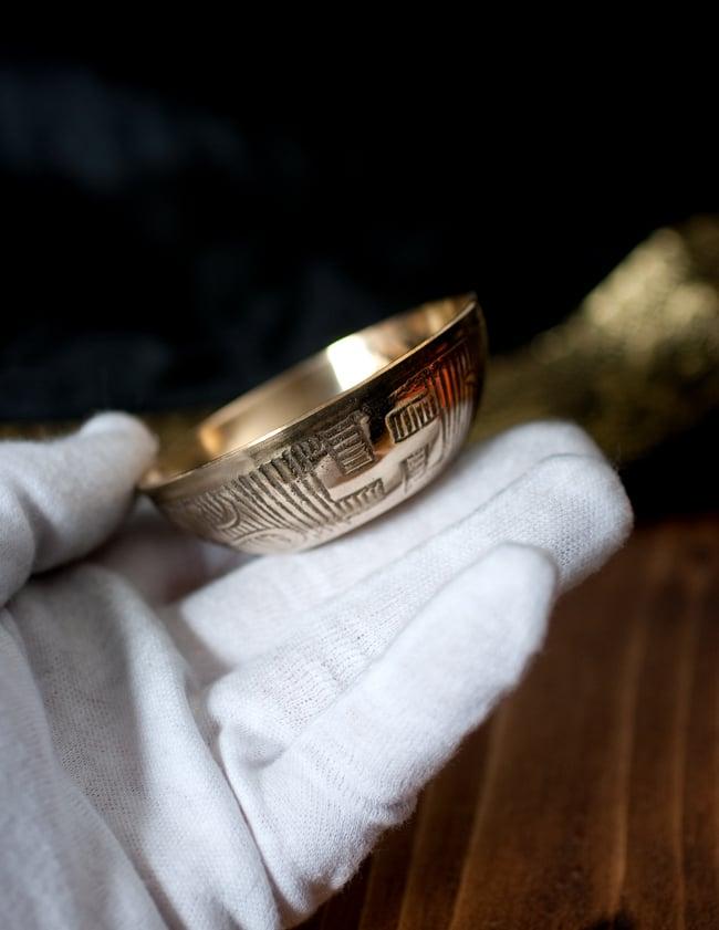 インドの礼拝用 聖なる文字入りブラスボウル[6.4cm] 6 - このくらいのサイズ感になります