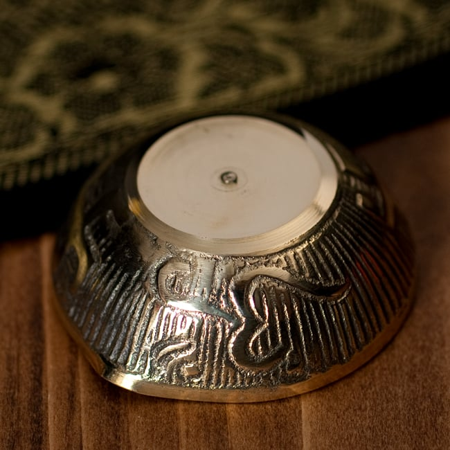 インドの礼拝用 聖なる文字入りブラスボウル[5.6cm] 5 - 底面の写真です