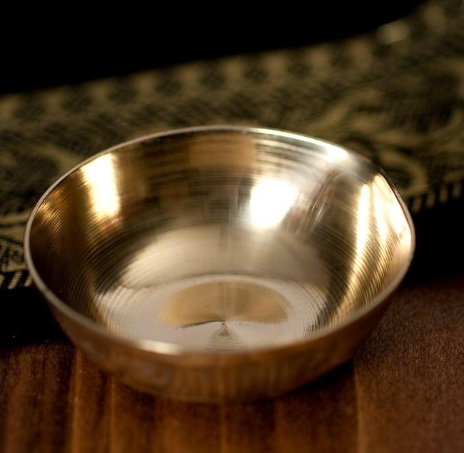 インドの礼拝用 聖なる文字入りブラスボウル[5.1cm] 3 - フチの写真になります
