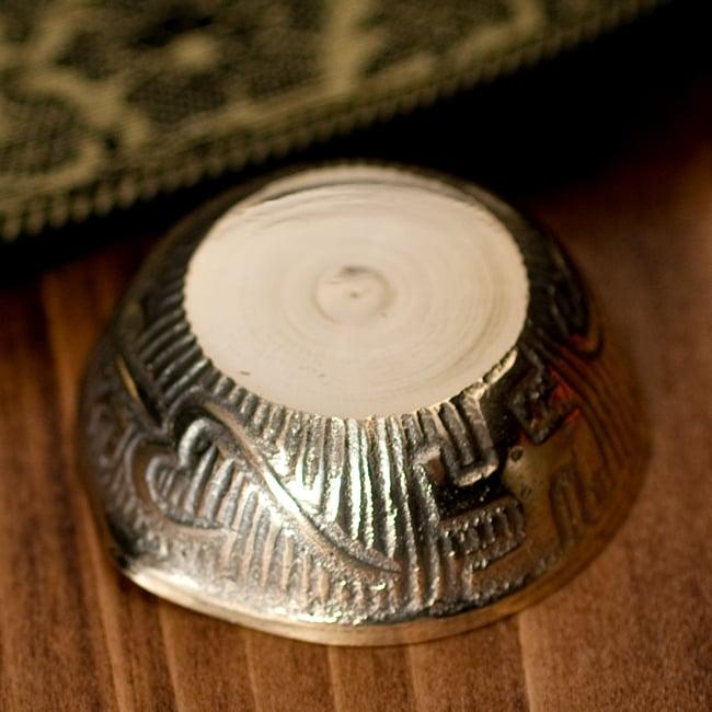 インドの礼拝用 聖なる文字入りブラスボウル[5.1cm] 5 - 底面の写真です
