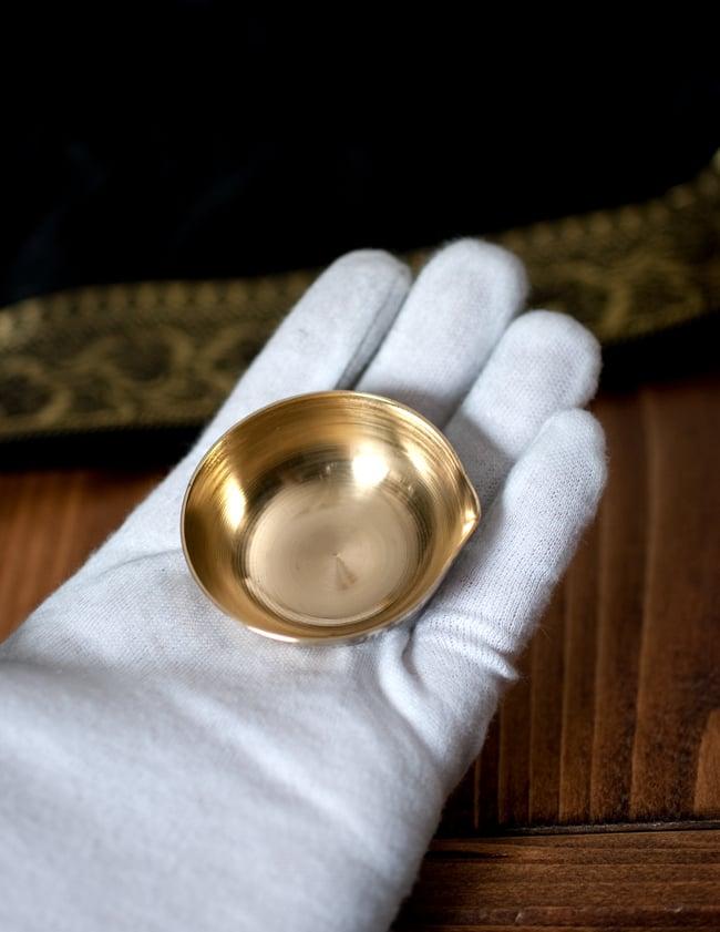 インドの礼拝用 聖なる文字入りブラスボウル[5.1cm] 6 - このくらいのサイズ感になります