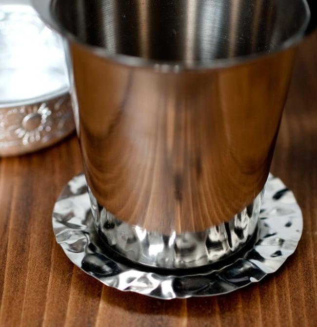 南インド式 コーヒーソーサーとコースターセット[アップサイクル品] 【直径:約6.4cm】の写真10 - コースターはこのような感じになります