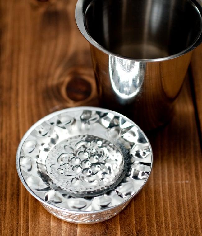 南インド式 コーヒーソーサーとコースターセット[アップサイクル品] 【直径:約6.4cm】の写真8 - ソーサーにぴったり乗るサイズ感です
