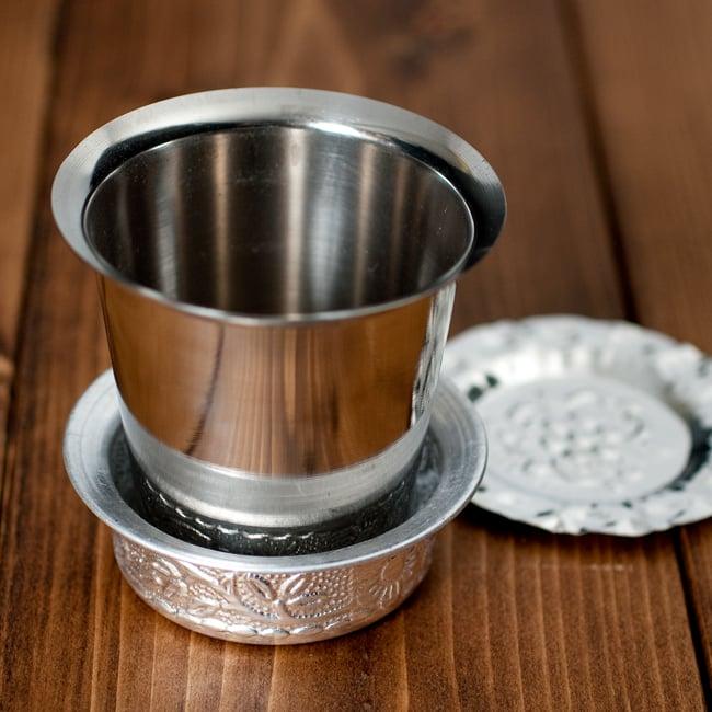 南インド式 コーヒーソーサーとコースターセット[アップサイクル品] 【直径:約6.4cm】の写真9 - 別売りのコップをソーサーへ入れてみたところです。