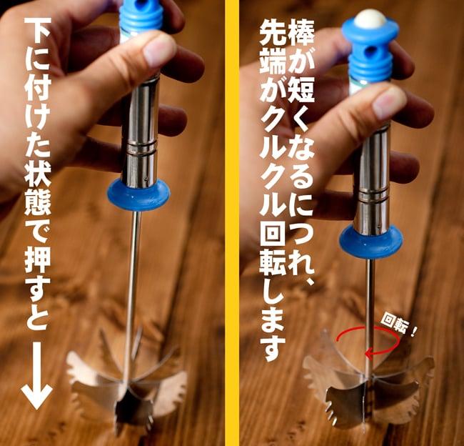 お手軽インドのラッシー用ハンドミキサー 4 - 底に押し付けると先端がクルクル回転しながら金属の棒が短くなっていきます。力を抜くと上に戻りながらまたクルクル回転するので、それを上下に繰り返して攪拌させます。