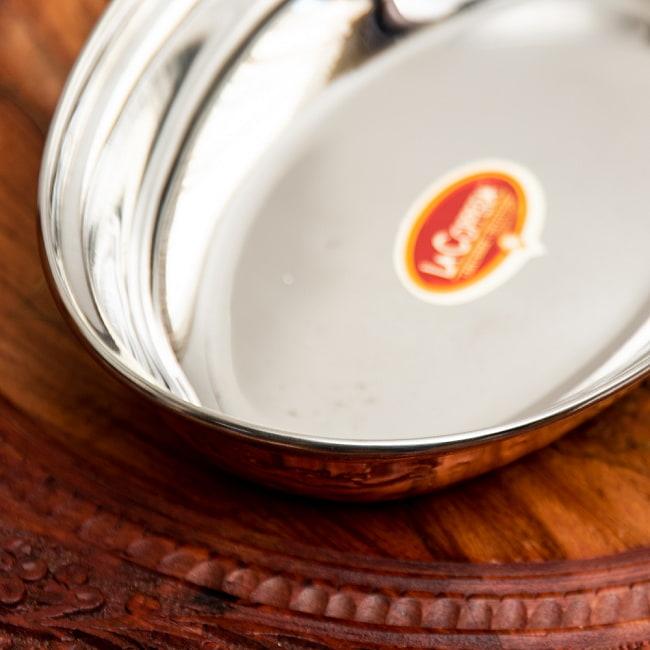 槌目付き 銅装飾のオーバルプレート(22.7×14.7cm)の写真5 - 裏面の様子です。高級感のある仕上がりです。