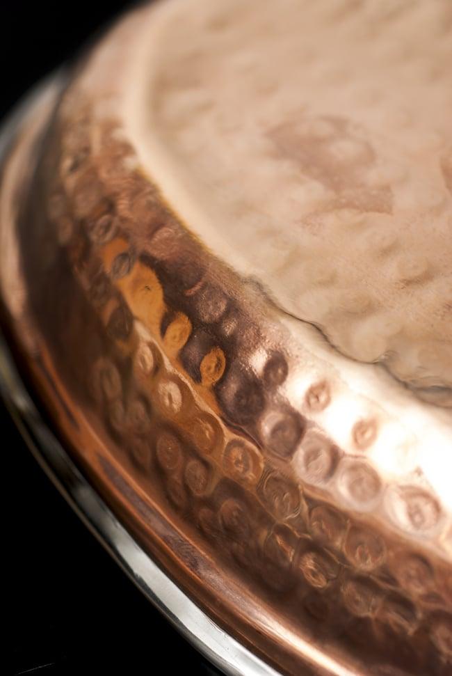 槌目付き 銅装飾のオーバルプレート(22.7×14.7cm)の写真6 - 丁寧に打ち込まれた槌目模様です。