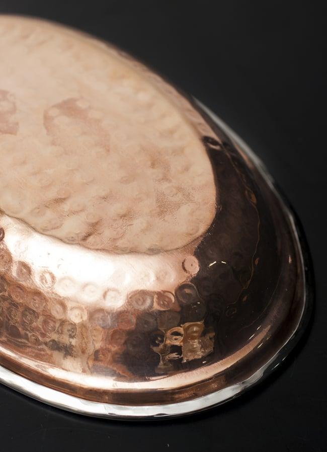 槌目付き 銅装飾のオーバルプレート(22.7×14.7cm)の写真7 - 豪華な装飾です。