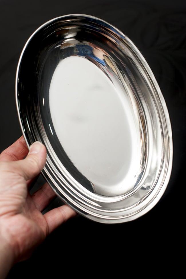 槌目付き 銅装飾のオーバルプレート(22.7×14.7cm)の写真8 - 手に持つとこれくらいの大きさです。