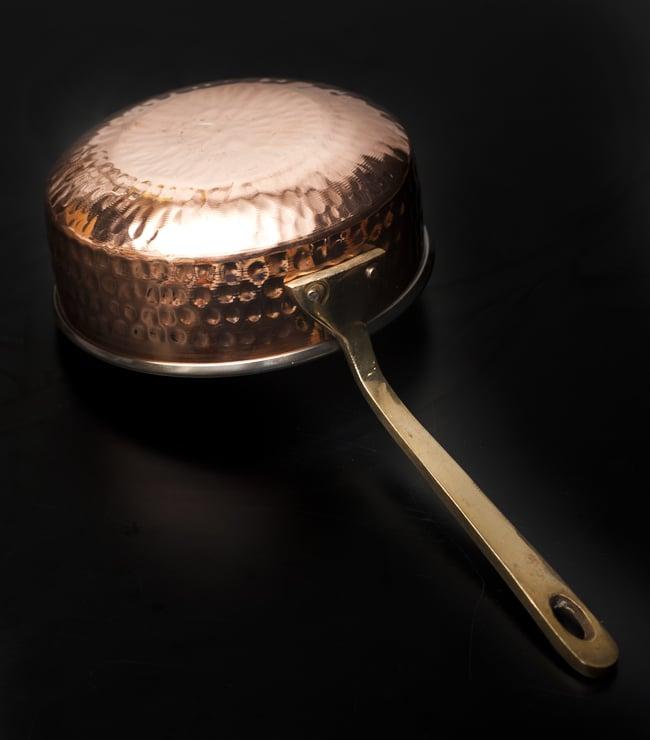 槌目付き 銅装飾のロイヤルソースパン(14.8×6cm)の写真4 - 裏面の様子です。スラリと引き締まった持ち手が美しいですね。