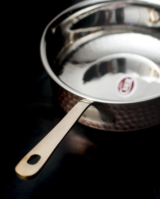 槌目付き 銅装飾のロイヤルソースパン(16.5cm×5cm)の写真4 - 裏面の様子です。スラリと引き締まった持ち手が美しいですね。