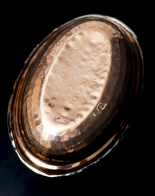 槌目付き 銅装飾のオーバルプレート(19cm×13cm)の写真5 - 裏面の様子です。高級感のある仕上がりです。