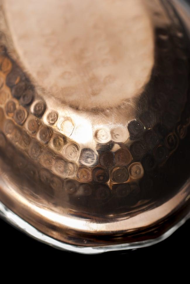 槌目付き 銅装飾のオーバルプレート(19cm×13cm)の写真6 - 丁寧に打ち込まれた槌目模様です。