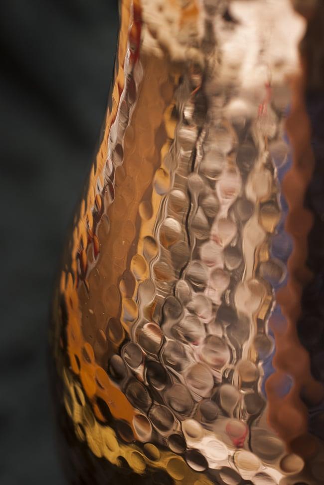 槌目付き 銅装飾の水差し - deluxeの写真3 - 側面の様子です。ふくよかな曲線に複雑な槌目模様が映えます。