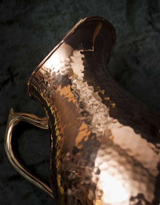 槌目付き 銅装飾の水差し - deluxeの写真7 - 注ぎ口に至る首の部分の様子です。