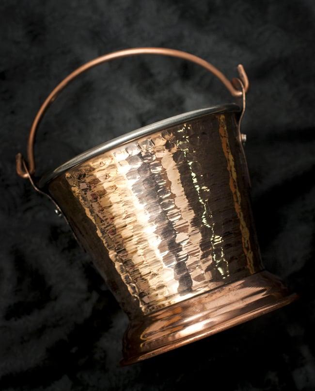 槌目付き 銅装飾のアイスペールの写真3 - 側面に美しい銅装飾が施された豪華な仕上がりです。