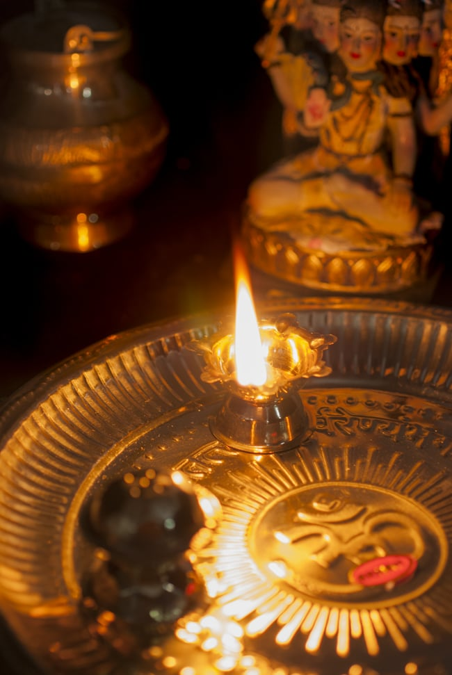 【祭壇用】礼拝皿 香立て・オイルランプ付き【直径:約25cm】 8 - オイルランプに火を灯してみました。