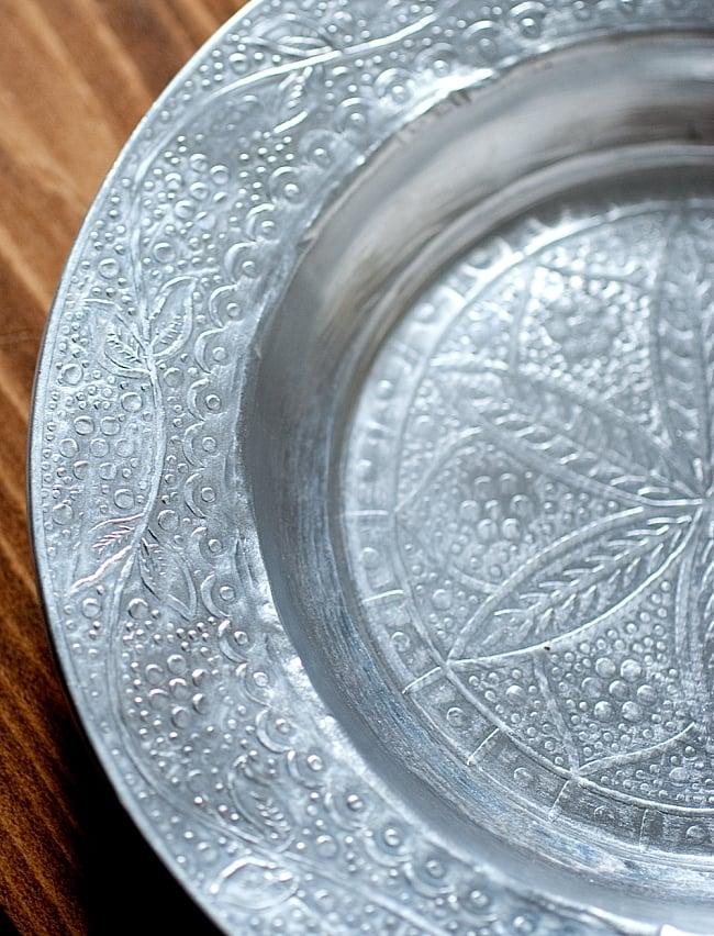 インド伝統唐草エンボスのアルミ皿【直径:18.5cm】 2 - 拡大写真です