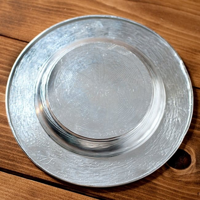 インド伝統唐草エンボスのアルミ皿【直径:18.5cm】 3 - 裏面の写真です