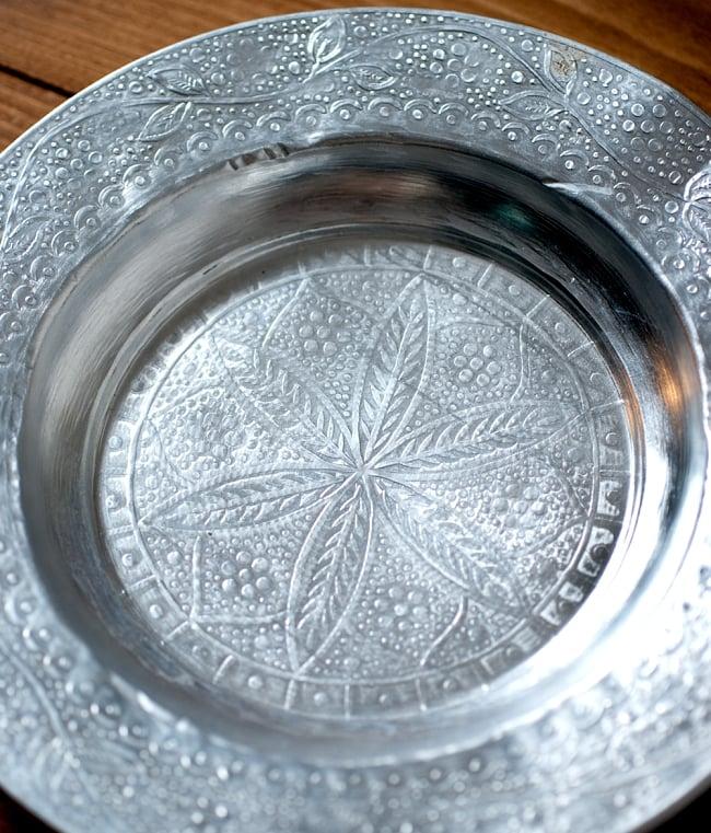 インド伝統唐草エンボスのアルミ皿【直径:18.5cm】 4 - 模様がインドらしいですね
