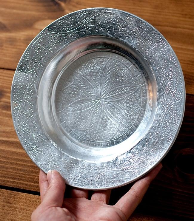 インド伝統唐草エンボスのアルミ皿【直径:18.5cm】 5 - 大きさが分るように、手に持ってみました。エンボスとっても素敵です。