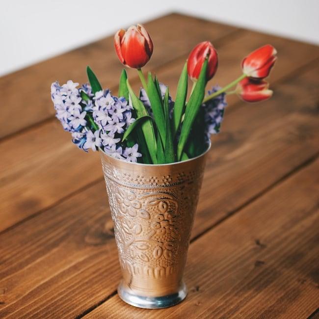 インド伝統唐草エンボスの花瓶の写真