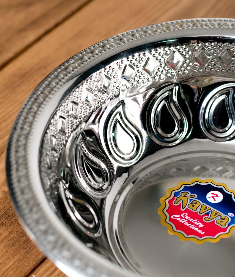 ペイズリーエンボスのアルミ皿【直径:21.5cm】 2 - 近づいて見てみました。きらびやかな紋様が美しいですね。