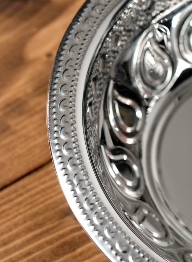 ペイズリーエンボスのアルミ皿【直径:21.5cm】の写真3 - 縁の写真になります