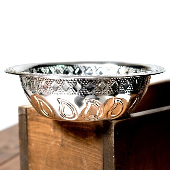 ペイズリーエンボスのアルミ皿【直径:21.5cm】の写真4 - 横からの写真です