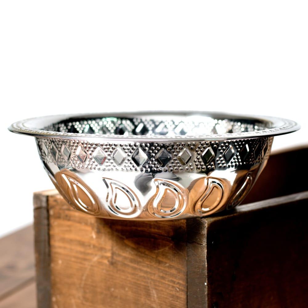 ペイズリーエンボスのアルミ皿【直径:21.5cm】 4 - 横からの写真です