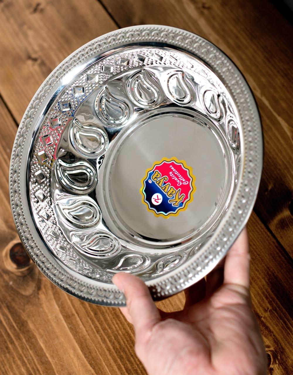ペイズリーエンボスのアルミ皿【直径:21.5cm】 6 - このくらいのサイズ感になります