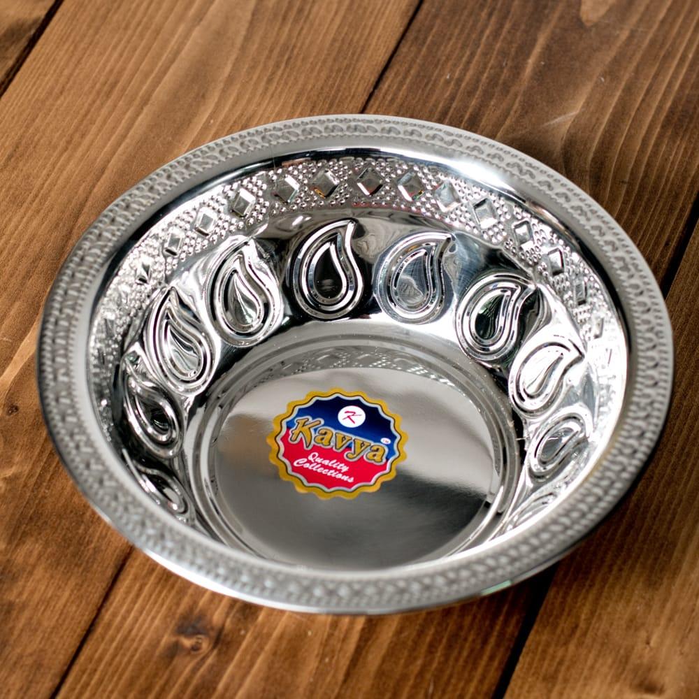 ペイズリーエンボスのアルミ皿【直径:21.5cm】の写真