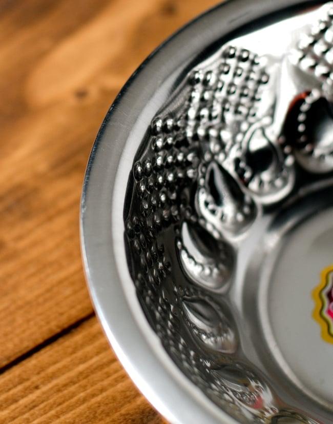 ペイズリーエンボスのアルミ皿【直径:14.3cm】の写真3 - 縁の写真になります