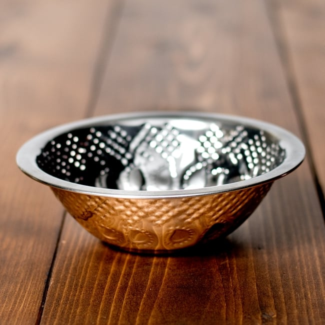 ペイズリーエンボスのアルミ皿【直径:14.3cm】の写真4 - 横からの写真です
