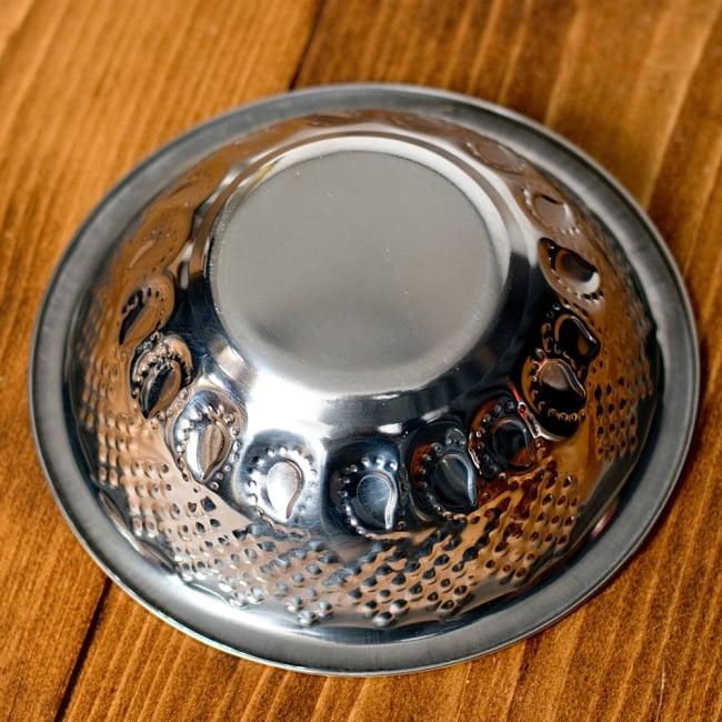 ペイズリーエンボスのアルミ皿【直径:14.3cm】の写真5 - 裏面を見てみました。