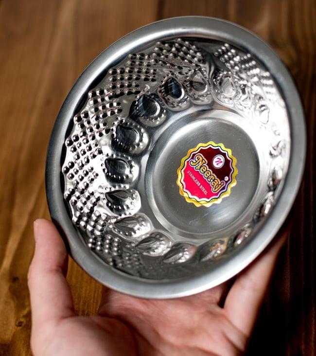 ペイズリーエンボスのアルミ皿【直径:14.3cm】の写真6 - このくらいのサイズ感になります