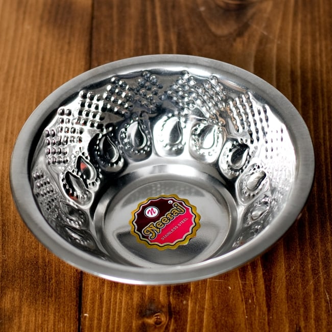 ペイズリーエンボスのアルミ皿【直径:14.3cm】の写真