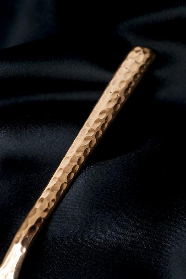 銅装飾槌目仕上げティースプーン 2 - 持ちて部分をみてみました。槌目仕上げが美しいですね。