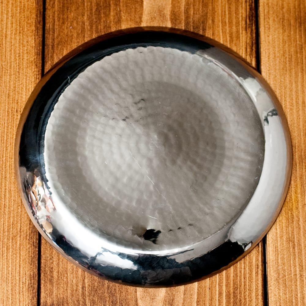 槌目仕上げのラウンドターリー[約17.5cm] 4 - 裏面はこのようになっています