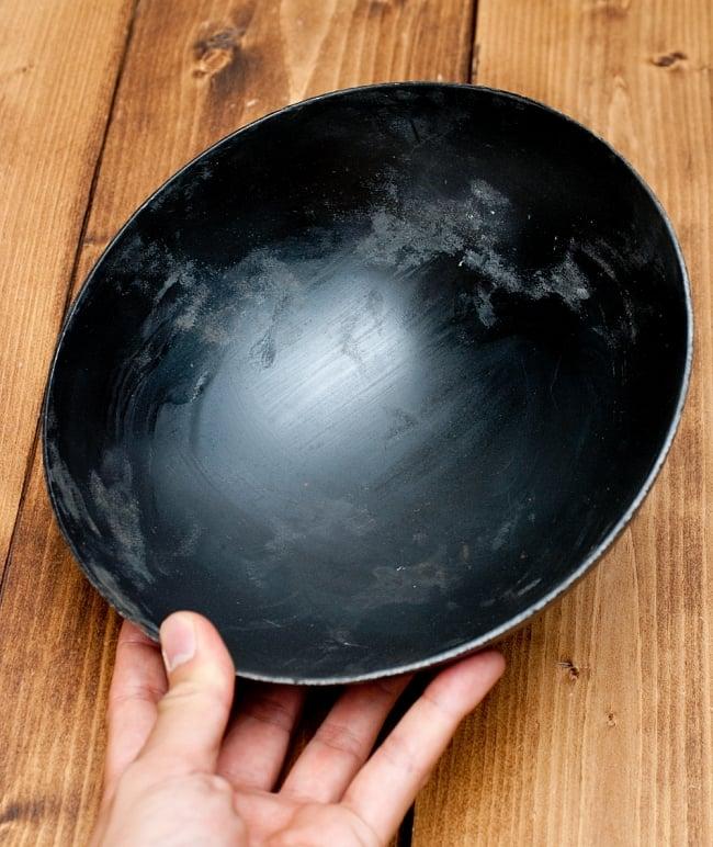 メヘンディボウル ヘナパウダーを混ぜる鉄鍋【約:21cm】の写真7 - このくらいのサイズ感になります